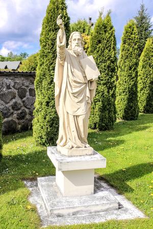žák: socha apoštolského sv. Bartoloměje, nedaleko kostela Nejsvětější Trojice v Gervyaty, Bělorusko