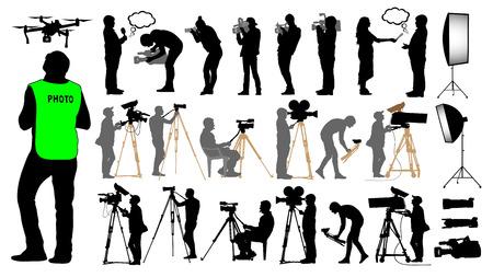 카메라맨, 사진 작가, 남자 및 무인 항공기가 삼각대에 카메라 작동을 설정했습니다.