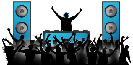 Il DJ in cuffia riproduce la musica sul mixer. Folla di gente allegra che applaude. Grandi altoparlanti musicali. Festa, concerto, club, festival