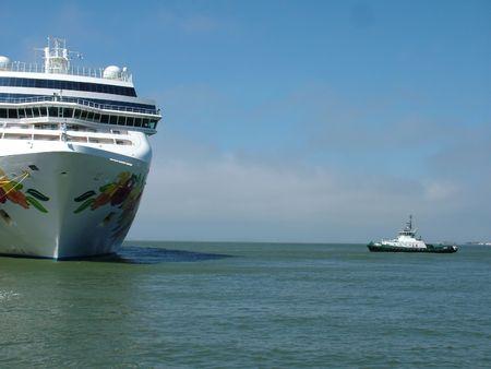 Cruise ship in a harbor Banco de Imagens
