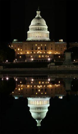 Vue du Capitole et de sa r�flexion � Washington la nuit