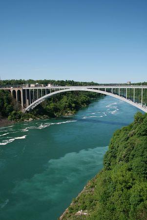 """Vue de """"Rainbow Bridge"""" reliant les �tats-Unis et le Canada � Niagara Falls"""