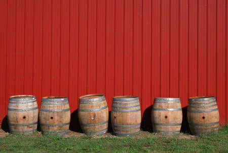 F�ts de vins � un vignoble contre un mur de Grange rouge, sc�ne rurale Banque d'images