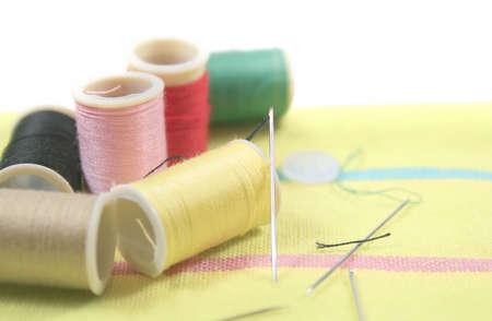 ミシン アクセサリー - 糸、針、布のセット 写真素材 - 2482347