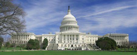 Zicht op de Washington DC Capitol gebouw, uniek volledige weergave van het gebouw en grasveld voor.