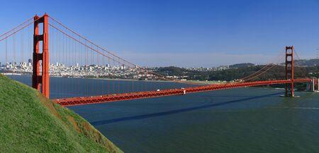 Vue du Golden Gate Bridge � San Francisco, avec le panorama de la ville, la baie et Alcatraz en arri�re-plan Banque d'images