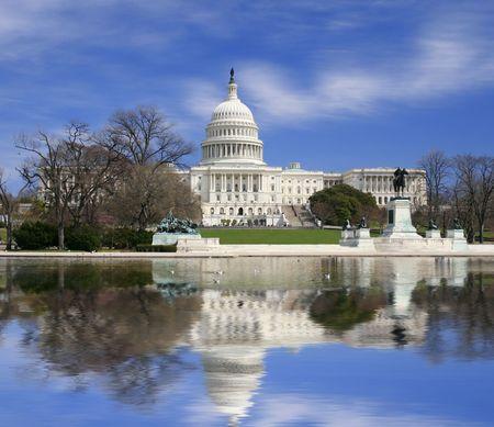 buildings on water: Vista del Capitolio de Washington DC edificio, singular vista completa del edificio y en el c�sped frente a ella  Foto de archivo