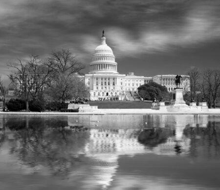 Vue du Capitole de Washington DC, la vue unique de l'immeuble et la pelouse en face de lui