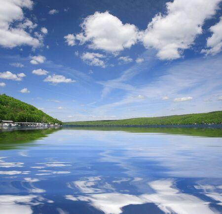 Beau lac ou une rivi�re paysage, avec des cons�quences dramatiques ciel et le vert des collines � l'horizon. Convient pour une vari�t� de la nature, l'environnement ou la conception de voyage