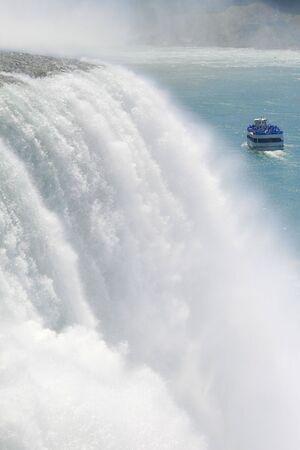 Vue panoramique sur les chutes du Niagara avec un bateau plein de touristes � aller voir les chutes Horseshoe Bend