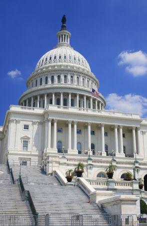 Gros plan sur l'image de l'US Capitol. Versatile image qui pourrait �tre utilis� pour repr�senter la politique, le pouvoir, le gouvernement, les voyages, les d�bats sur les politiques, les �lections.