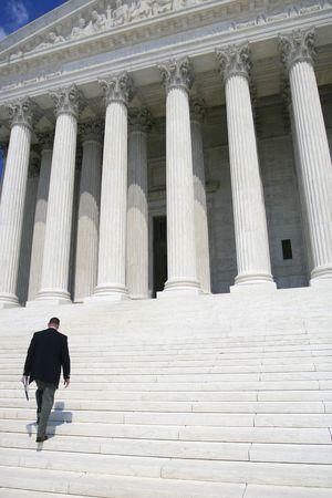 Professionnel, homme d'affaires en costume noir � pied sur les marches de la Cour supr�me des �tats-Unis Banque d'images