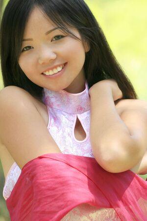 Pr�s d'une belle asiatique femmes avec un foulard dans un temps d'�t�, parc Banque d'images
