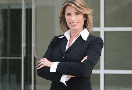적합: Headshot of an attractive business, corporate female in a suit. Suitable for a variety of commercial, finance and business themes.