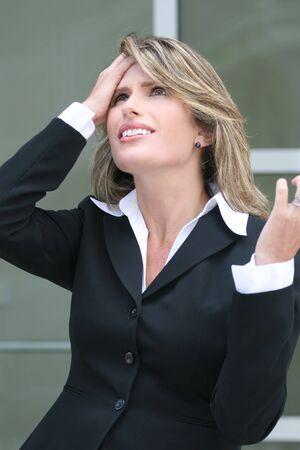 적합: Attractive business woman is about economic crisis, pulling her hair, suitable for economic and financial crisis theme.