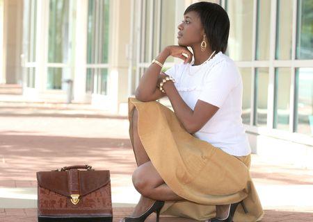 Beautiful African American Business, Corporate femme en plein air en face d'une entreprise de construction, de r�flexion ou d'attente Banque d'images