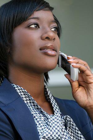 Business femme afro-am�ricaine en plein air de parler de t�l�phone cellulaire
