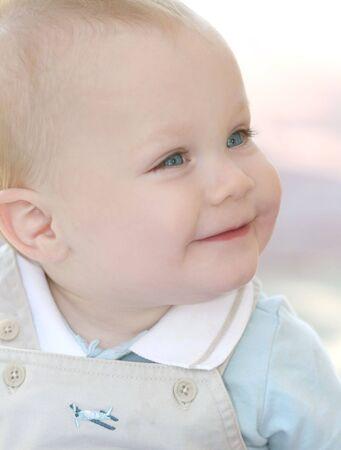 Cute, adorable petit gar�on aux yeux bleus et cheveux blonds
