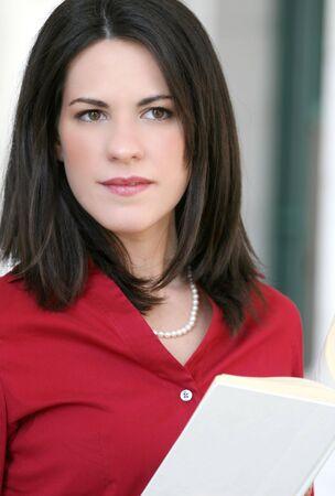 Attractif pour les entreprises, les entreprises femme lisant un journal en plein air