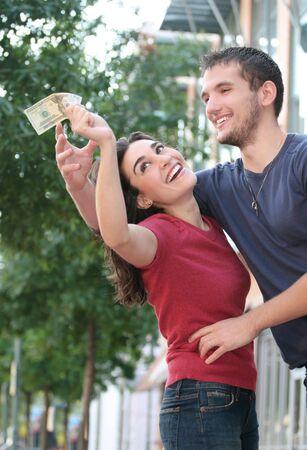 En couple de jeunes gens sur la lutte contre le couple, des finances, de plein air. Banque d'images