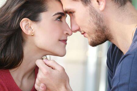 사랑, 발렌타인, 참여 및 관계 테마의 다양 한에 적합 한 사랑에 행복 한 약혼 된 커플