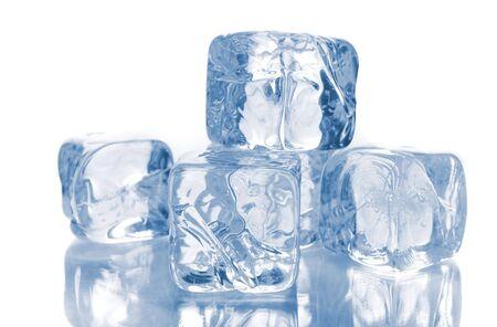 Cubes de glace bleue isol�s sur fond blanc avec reflets