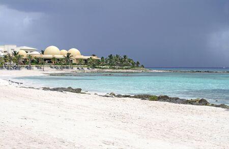 riviera maya: Playa desierta de arena blanca, mar y palmeras en M�xico, Riviera Maya