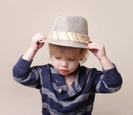 niños vistiendose: Niño en grasa fedora, la moda o el concepto de la ropa