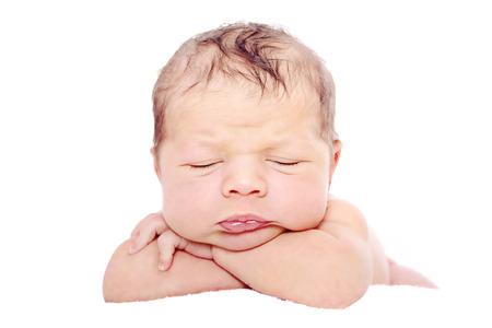 niño durmiendo: Bebé recién nacido durmiendo en el fondo blanco Foto de archivo