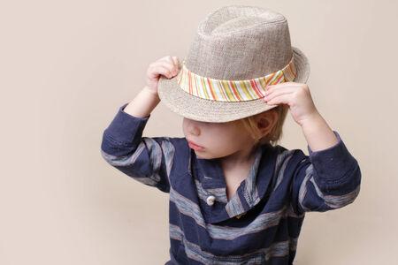 niño modelo: Niño en grasa fedora, la moda o el concepto de la ropa