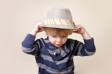 vistiendose: Niño en grasa fedora, la moda o el concepto de la ropa