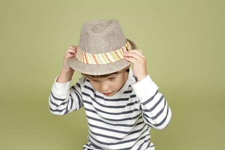 niños actuando: Niños, ropa infantil y de moda. Niño feliz con un sombrero de fieltro, posando y divertirse Foto de archivo
