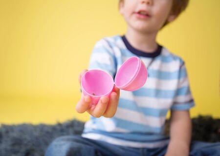 huevos de pascua: Ni�o que sostiene un huevo de Pascua vac�o, la actividad Pascua o artesanal