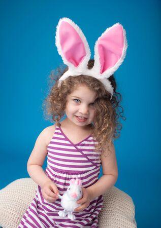 bunny ears: Feliz, riendo sonriente ni�o, ni�a, jugando con el conejito de Pascua vistiendo orejas de conejo, mirando a la c�mara
