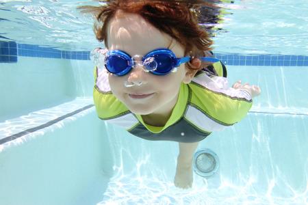 niños nadando: Buceo Niño y la natación en la piscina bajo el agua, tema del verano o los deportes Foto de archivo