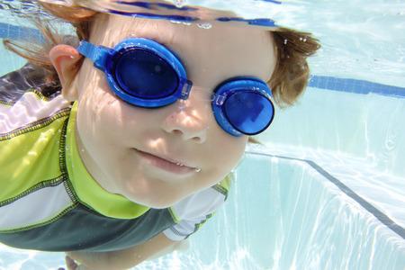 picada: Buceo Niño y la natación en la piscina bajo el agua, tema del verano o los deportes Foto de archivo