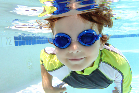 picada: Niño, niño, el buceo y la natación en la piscina bajo el agua, tema del verano o los deportes Foto de archivo