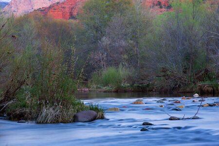castle rock: Vista de rocas rojas y el r�o en las faldas de la famosa Castle Rock en Sedona, Arizona, Arizona, un hito de Am�rica