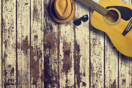 어쿠스틱 기타 모자와 목조 배경 질감에 선글라스. 음악의 개념 복사본 공간 스톡 콘텐츠