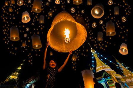 아름 다운 아시아 여자 와트 Jongklang 사원 - 와트 Jongkham 사원 치앙마이, 태국 근처 매 홍 아들 관광에 대 한 가장 좋아하는 장소에서 yi 펭 또는 예 펭 축제에서 부처의 유물을 숭배하는 하늘 초 롱을 출시합니다. 스톡 콘텐츠 - 69080935
