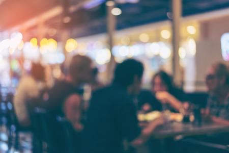 흐리게 또는 디 포커스 빈티지 음색 배경으로 사용하기 위해 레스토랑이나 카페테리아의 이미지. 스톡 콘텐츠