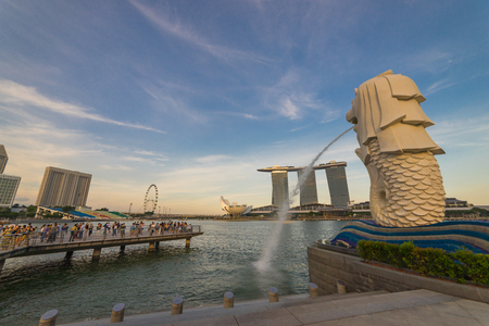 AUGUST 17, 2016 SINGAPORE : The Merlion is a traditional creature with a lion head and a body of a fish, seen as a symbol of Singapore.Landscape of the Singapore landmark financial district at twilight sunset scene with blue sky and clouds. Singapore down 新聞圖片