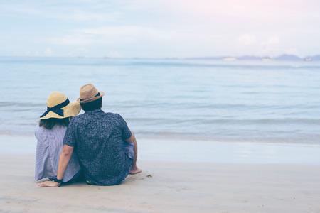 Railay 비치 열 대 해변에서 젊은 부부 여행자 크 라비 태국, 해변 후면보기에 앉아 사랑 몇 여행자 스톡 콘텐츠