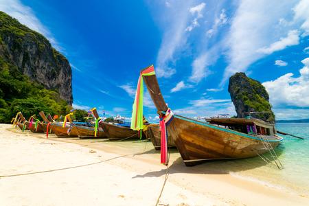 乘坐長船前往泰國南部安達曼海上的波達群島。與藍天和雲彩
