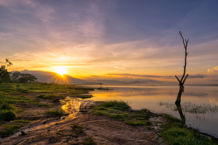 Пейзаж озера в восход солнца scence с красивым небом и облаками.