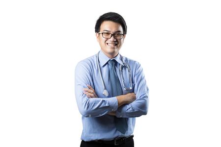 自信的年輕亞裔英俊的醫生孤立在白色背景上的肖像