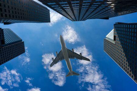 Коммерческий самолет, летящий над современным зданием в центре города Сингапур