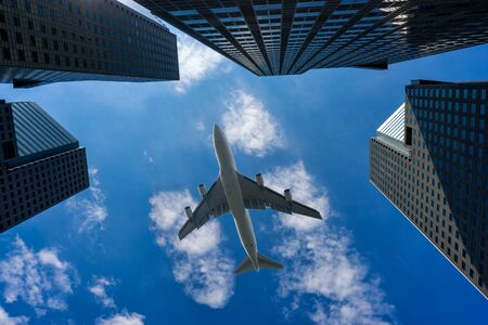 商業飛機飛越新加坡市中心的現代建築 版權商用圖片