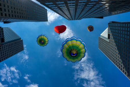 Воздушный шар над современным зданием в центре города Сингапура