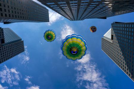 氣球飛越新加坡市中心的現代建築 版權商用圖片